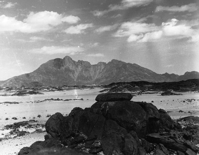 """La montagne Taourirt Tan Afella avant l'essai nucléaire français """"Béryl"""" le 1er mai 1962"""