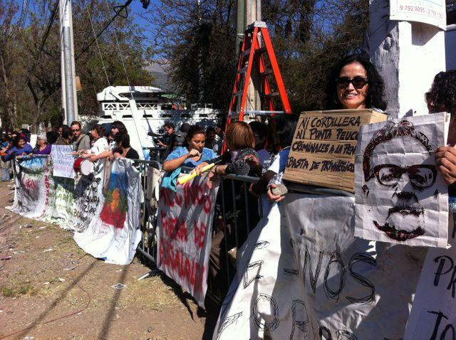 Manifestants face à la prison Cordillère