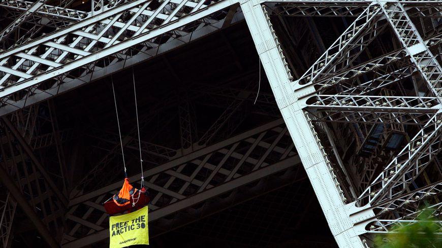Le militant écologiste a déployé une banderole sur laquelle on peut lire «Free the Artic 30» (Libérez les 30 de l'Arctique)