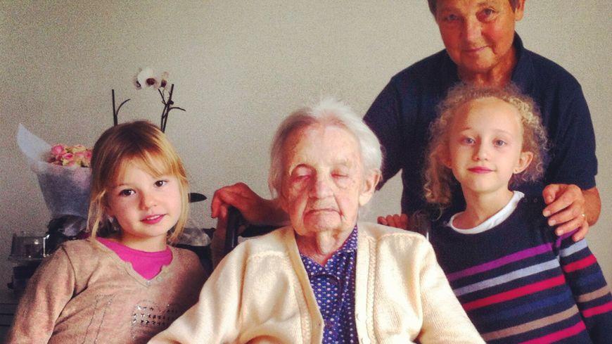 Mathilde Dupray le jour de ses 110 ans avec sa fille et deux de ses arrière-petites-filles
