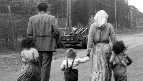 Mälarhöjden, près de Stockholm, octobre 1951. Une famille Rom qui vient d'être chassée de son campement.