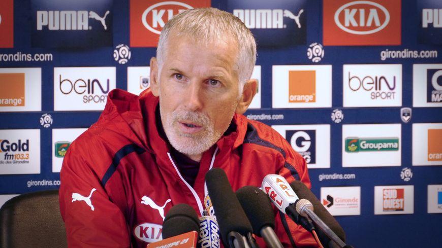 L'entraîneur bordelais Francis Gillot en conférence de presse