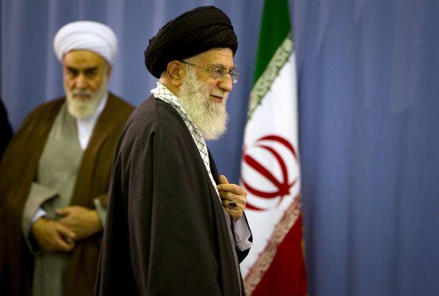 Ali Khamenei lors des législatives de 2012 en Iran