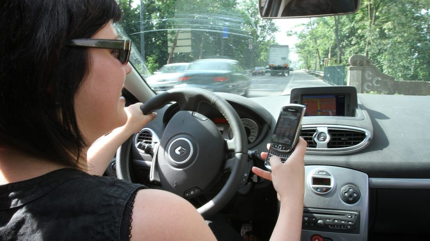 Envoyer des SMS au volant peut coûter trois points sur le permis de conduire
