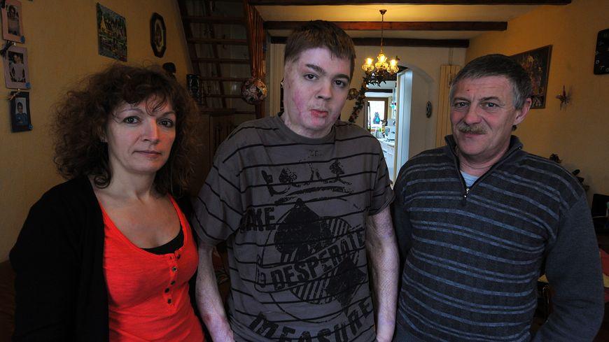 Jonathan Destin entouré de ses parents