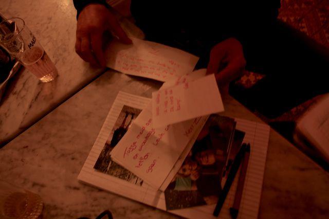 Hélène montre le carnet intime de ses 15 ans à Dimitri