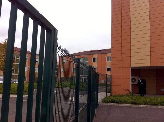 Mesnil-Amelot. À gauche le centre de rétention. À droite le tribunal