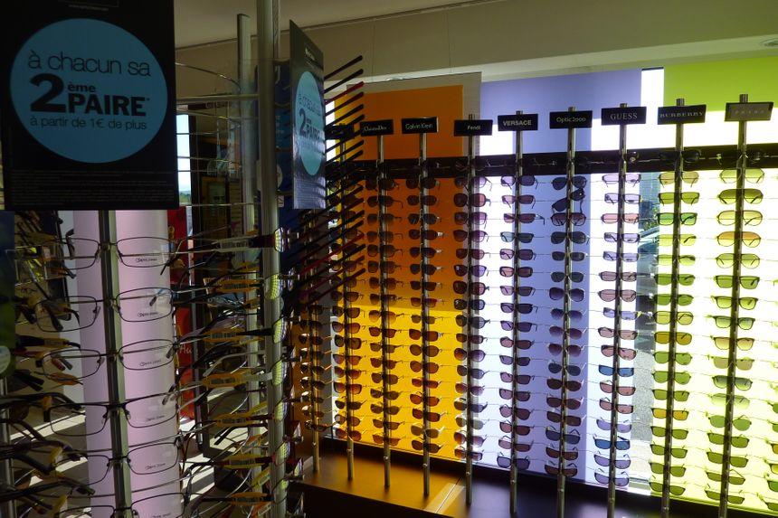 Un présentoir de lunettes de soleil chez un opticien de la Drôme. / Ne pas changer mes titres SVP.