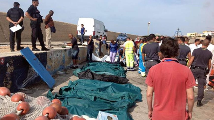 Les garde-côtes ramènent à terre les victimes