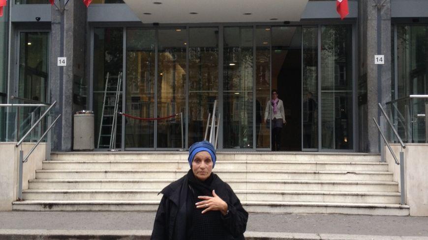 Christiane Leveuf devant le ministère de la santé à Paris