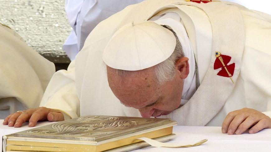 Le pape François embrassant la Bible à Rome