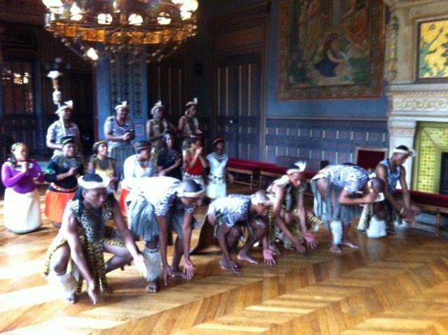 Des Zoulous effectuent une danse traditionnelle à la mairie de Valence