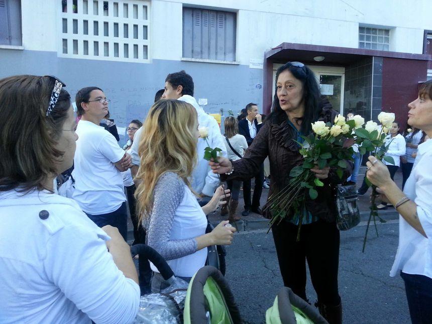 Distribution de roses avant la marche blanche