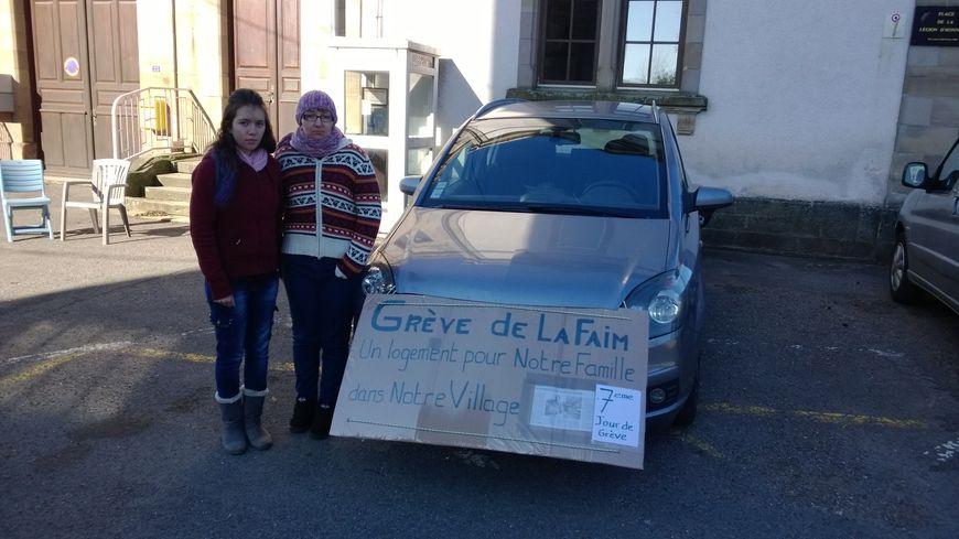 Valérie Crevoisier, en grève de la faim depuis le 25 octobre, devant la mairie d'Etobon accompagnée de sa fille Lucie.