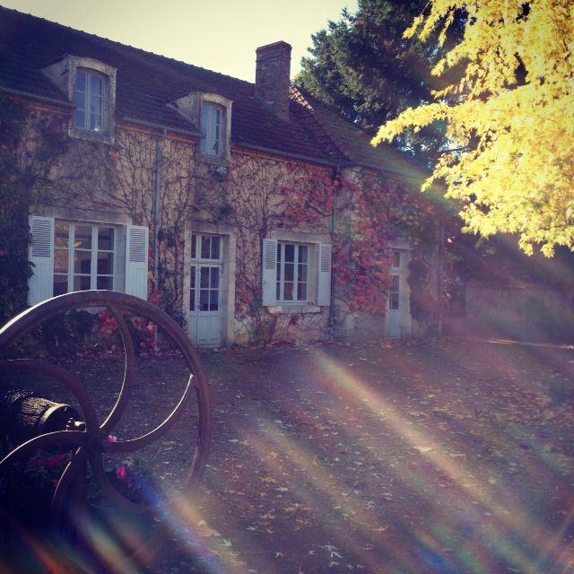 """""""Une longue maison rouge avec cinq portes vitrées, à l'entrée du bourg"""": la maison-école du Grand Meaulnes."""