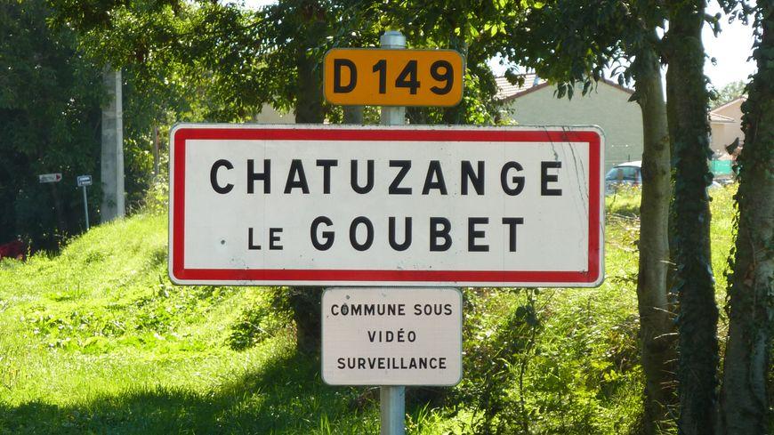 Chatuzange le Goubet annonce dès l'entrée du village que la vidéosurveillance est en action.