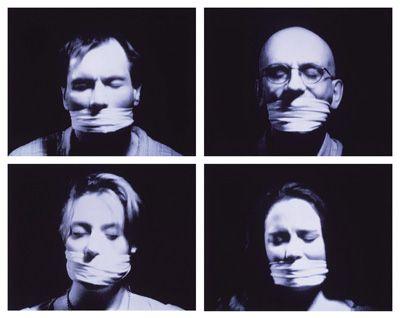 Bill Viola - Hall of Whispers, 1995  - Vidéo à 10 chaînes en noir et blanc projetée sur les murs opposés d'une salle obscurcie;