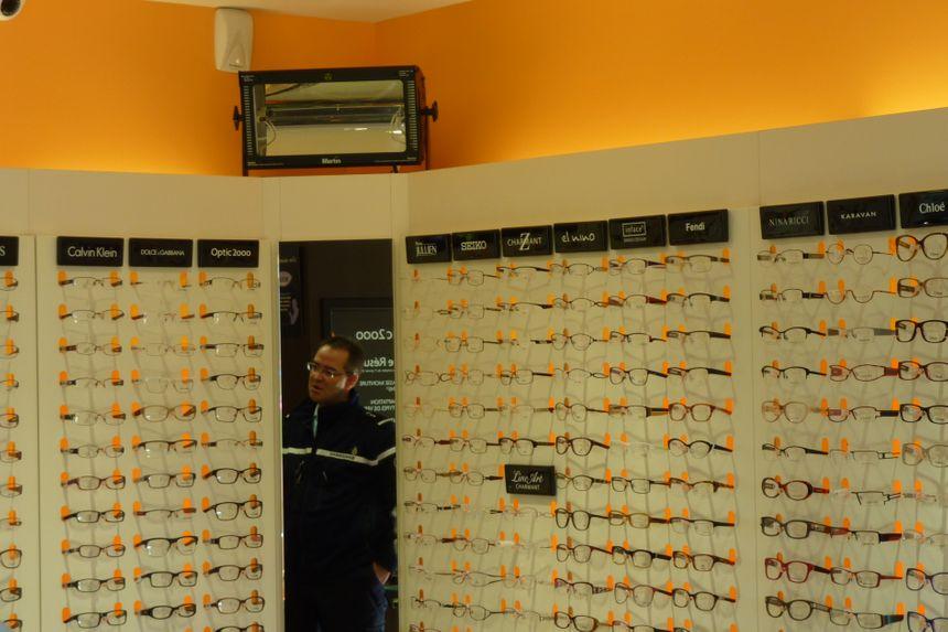 Un stromboscope au dessus des lunettes, autre moyen pour déjouer les cambriolages. / Ne pas changer ce titre SVP.