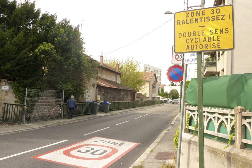 La zone 30 dans le quartier Châteauvert à Valence et ses nouveaux panneaux en octobre 2013.