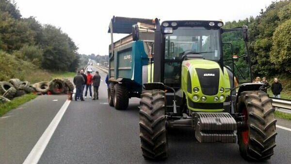 Des camions et des tracteurs bloquent le pont de Morlaix