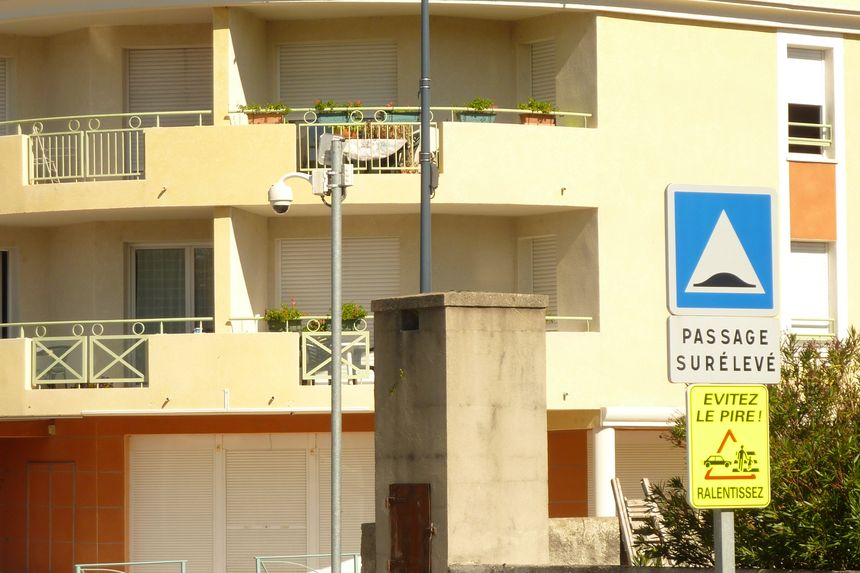 """Une caméra de vidéosurveillance """"en dôme"""" dans le centre de Chatuzange le Goubet."""