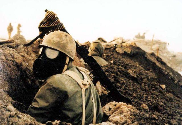 Un soldat iranien portant un masque à gaz lors de la 1ère guerre du Golfe (1980-1988)