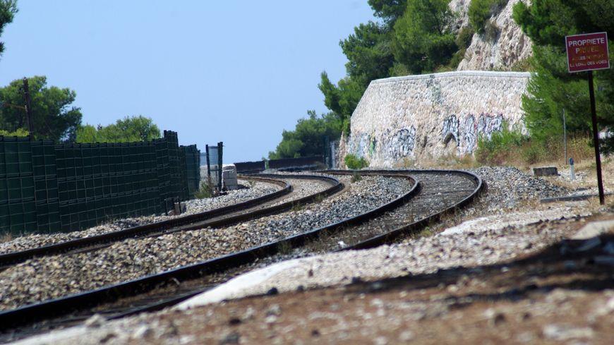 Une voie ferré dans le sud de la France (illustration).