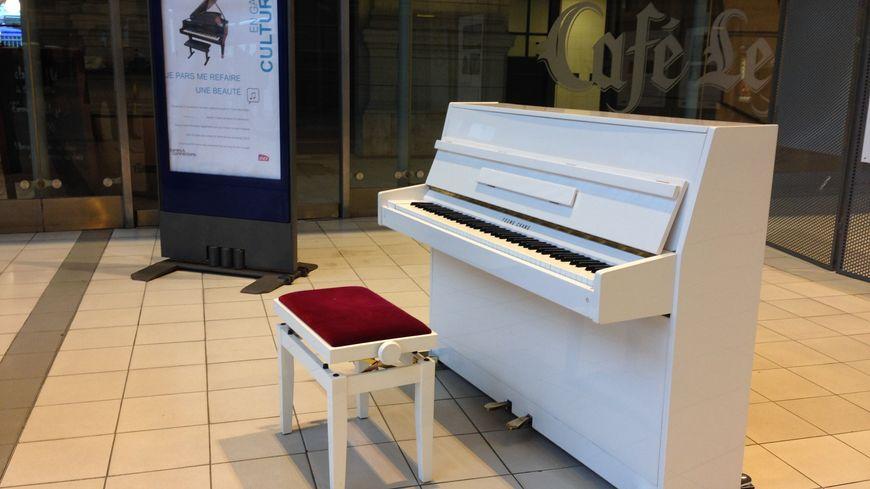 Depuis la fin du mois d'août, ce piano est en libre-service en gare de Tours
