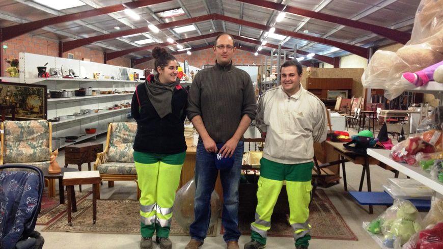 Autour de Frédéric Capafons, le directeur de la recyclerie de Pessac, deux jeunes en contrat d'avenir : Mélanie et Anthony.