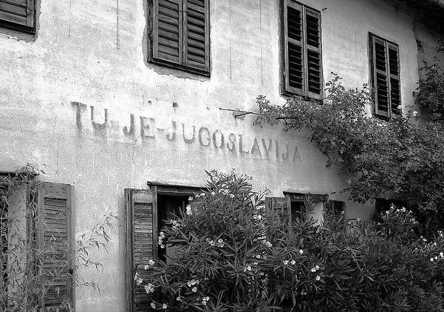"""Maison slovène portant l'inscription """"Ici c'est la Yougoslavie"""" datant des années 1945-47"""