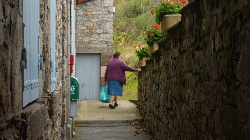 Thérèse quitte la salle communale de Labatie-d'Andaure après avoir acheté son pain, le 7 octobre 2013.