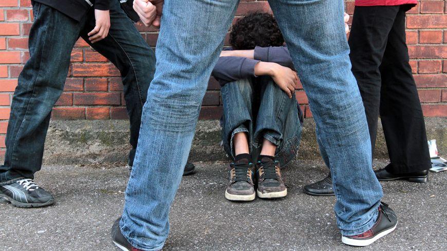 Vincent Peillon va dévoiler une campagne contre le harcèlement à l'école