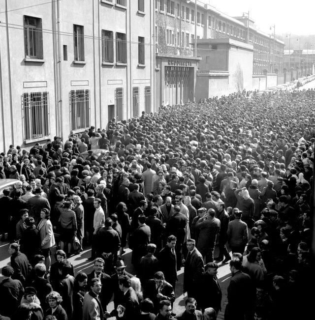 Manifestation des ouvriers en grève de l'usine Rhodicéta de Besançon le 1er mars 1967