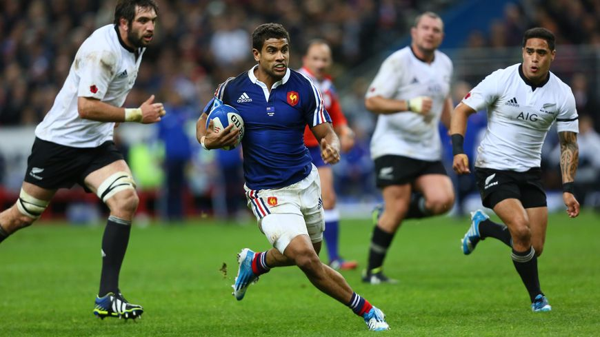Le centre du XV de France Wesley Fofana au milieu des All Blacks
