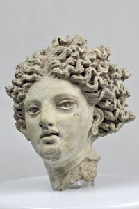 Fragment du décor architectural, tête de la divinité Leucothée - Milieu du 4e siècle avant J.-C. Production : Cerveteri