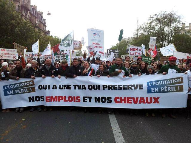 Des milliers de cavaliers à Paris contre la hausse de la TVA
