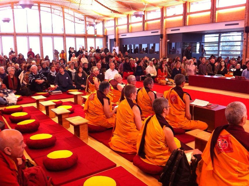 L'assemblée de bouddhistes recueillie pendant la cérémonie