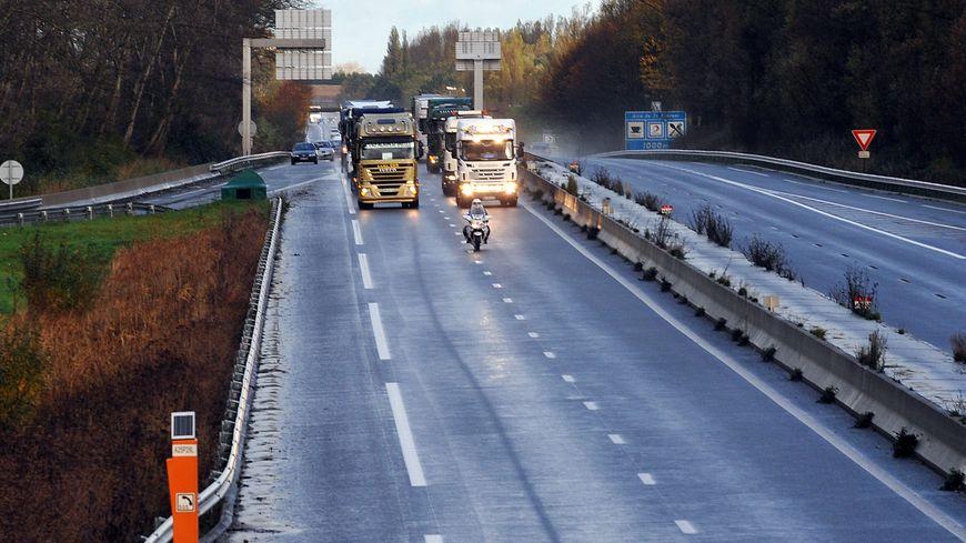 Des camions bloquent l'A25 pour protester contre l'écotaxe
