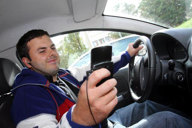Aménager des aires pour téléphoner : une des idées des automobilistes