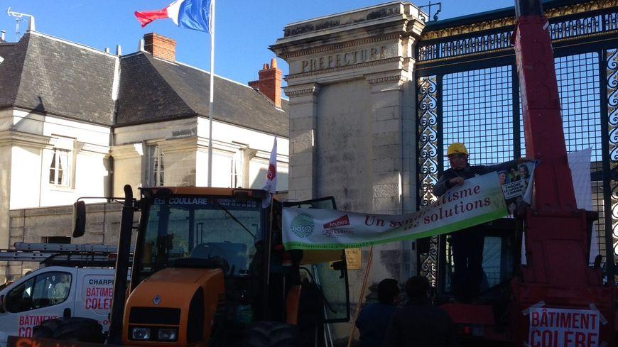 Des tracteurs devant la préfecture d'Indre-et-Loire.