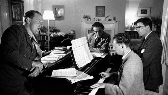 Peter Pears, Ronald Duncan, Arthur Oldham et Benjamin Britten en 1949©Kurt Hulton / Hulton-Deutsch Collection/CORBIS