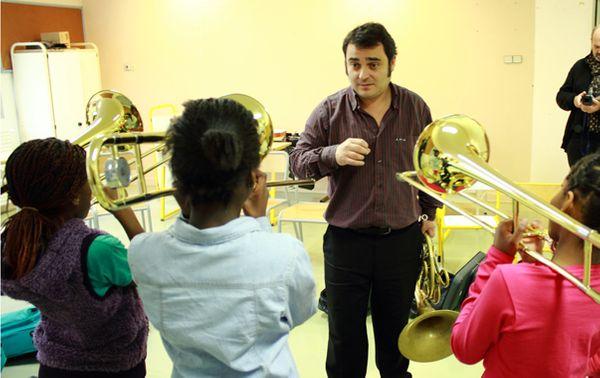 Le corniste Eric du Faÿ fait travailler les trombones. (© V. Tribot Laspière/France Musique)