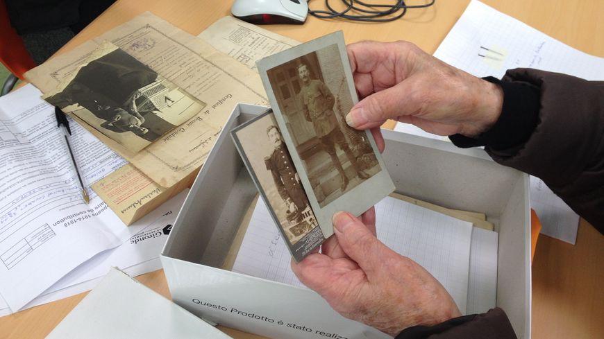 Yvette a amené sa boite à chaussures remplie d'anciennes photos.