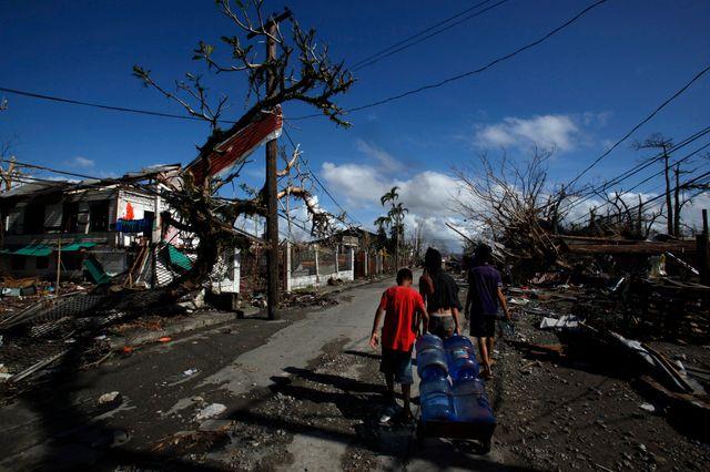 Tacloban, des réfugiés transportent une bonbonne d'eau