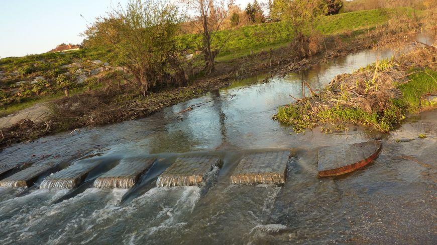 Ces installations au sol ont permis d'évacuer l'eau de la Savasse plus facilement lors des inondations de Peyrins, en nord Drôme