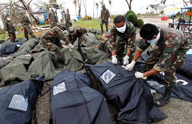 A Tacloban, les sacs mortuaires renferment ceux qui ont étre identifiés