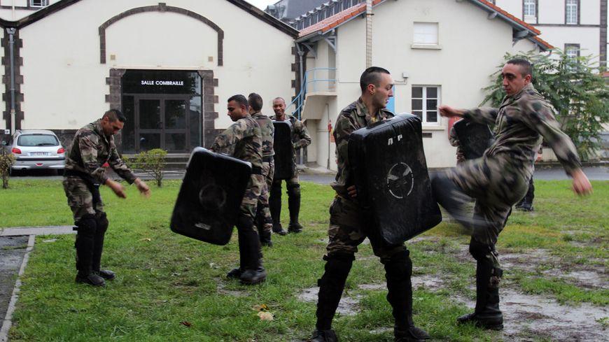 Des hommes de la 4e  compagnie du 92e RI s'entraînent au combat rapproché, en préparation d'une mission Vigipirate.