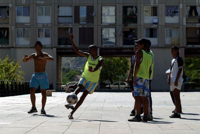 Des jeunes qui jouent au football, au sein de la cité de la Castellane