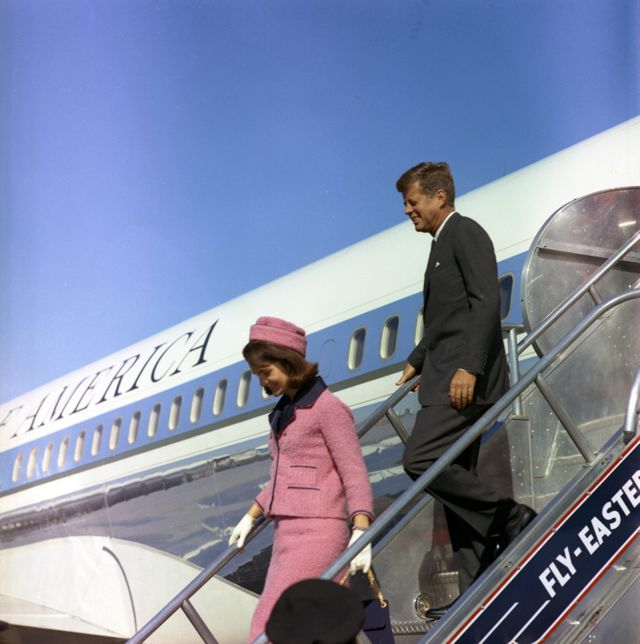 Jackie et John F Kennedy arrive à Dallas