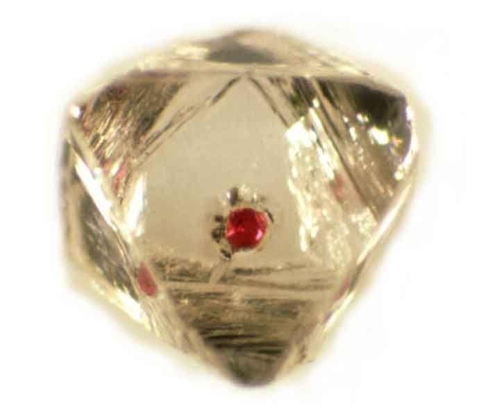 Diamant avec sa bille de grenat rouge piégée